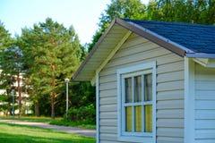 土气木蓝色老庭院在度假区流洒了 库存图片