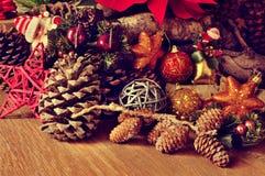 土气木表面上的圣诞节装饰品 免版税图库摄影