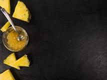 土气板岩平板用菠萝果酱,选择聚焦 免版税库存照片