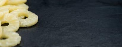 土气板岩平板用被保存的菠萝敲响,有选择性的focu 库存图片