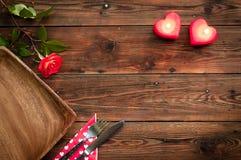 土气样式桌设置与上升了 免版税图库摄影
