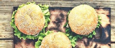 土气样式,顶视图 在一张木桌上的汉堡包 土气 免版税图库摄影