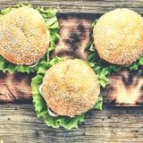 土气样式,顶视图 在一张木桌上的汉堡包 土气 免版税库存图片