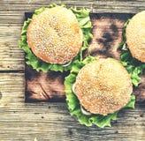 土气样式,顶视图 在一张木桌上的汉堡包 土气 库存图片