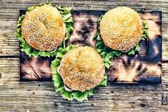 土气样式,顶视图 在一张木桌上的汉堡包 图库摄影