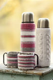 土气样式 在老凳子是有杯子的一个热水瓶在编织 免版税库存图片