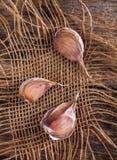 土气样式 大蒜和牛仔布在老委员会 免版税库存图片