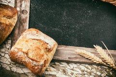 土气框架用面包和麦子 免版税库存图片