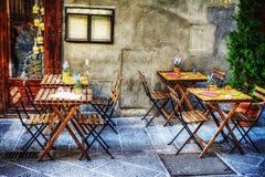土气桌和椅子在街道上在佛罗伦萨 库存图片