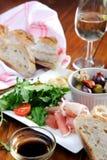 土气桌设置用食物 免版税库存图片