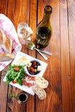土气桌设置用食物 免版税图库摄影
