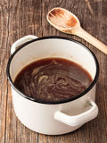 土气棕色小汤调味汁 库存图片