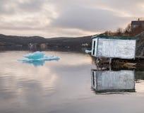 土气棚子和冰在水 免版税库存照片