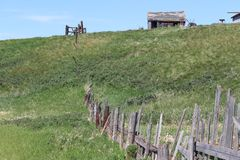 土气棚子和被毁坏的篱芭 免版税图库摄影