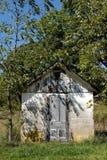 土气棚子在夏天 免版税库存图片