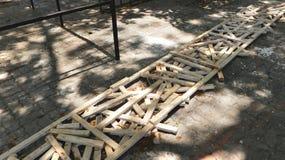 土气森林小片断长的木制框架的在与油漆的肮脏的路面纹理 免版税库存图片