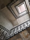 土气楼梯间在一个老房子里 免版税库存图片