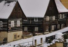 土气欧洲日志大厦在冬天 库存图片