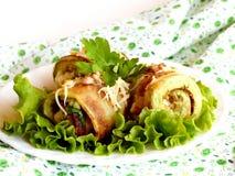 土气油煎的被充塞的夏南瓜用乳酪、核桃和新鲜的荷兰芹装饰用绿色莴苣在板材和在餐巾 免版税库存图片