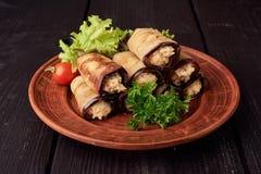 土气油煎的被充塞的茄子用用芝麻菜和肉装饰的乳酪、蕃茄和大蒜和调味汁在木 免版税库存图片