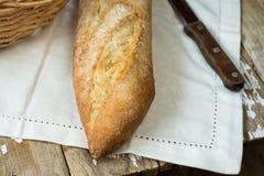 土气法国长方形宝石和一把刀子在一块白色毛巾在木桌上 库存图片