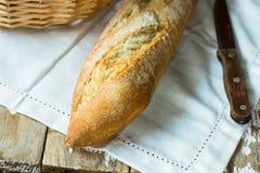 土气法国长方形宝石和一把刀子在一块白色毛巾在木桌上 图库摄影