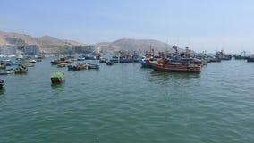 土气渔船肘视图在海洋 库存照片