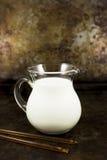 土气牛奶和蜂蜜 库存图片