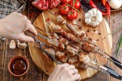 土气的生活仍然 水多的猪肉用刀子和叉子切 开胃烤肉串和新鲜蔬菜在一木backgrou 库存照片