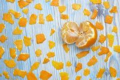 土气的背景 异乎寻常的果子 蜜桔一张顶上的照片没有果皮的 在木蓝色桌上的被剥皮的水多的蜜桔和 免版税图库摄影