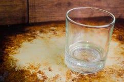 土气空的威士忌酒的玻璃 免版税图库摄影