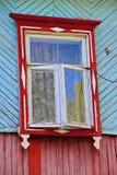 土气窗口闭合的快门在农村木房子墙壁上的 免版税库存照片