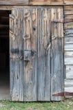 土气老与生锈的铰链的谷仓木门 免版税库存图片