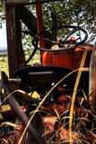土气老拖拉机 免版税库存照片