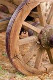 土气老被风化的西部马支架车轮子 免版税库存照片