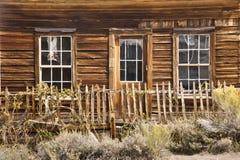 土气老西方之家在鬼城 免版税库存照片