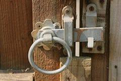 土气花园大门的门闩 库存图片