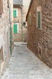 土气街道在村庄福纳卢奇,马略卡,西班牙 库存图片