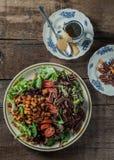 土气表面,垂直,顶视图上的食家沙拉 免版税库存图片