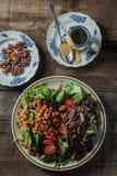 土气表面,垂直,顶视图上的食家沙拉 免版税库存照片