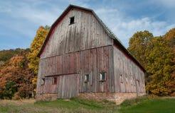 土气谷仓在秋天 库存图片