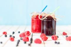 土气金属螺盖玻璃瓶用山莓果酱和沼泽 库存图片