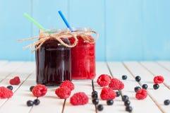 土气金属螺盖玻璃瓶用山莓果酱和沼泽 免版税图库摄影