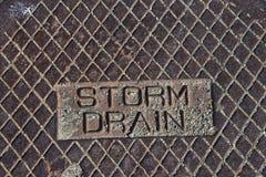 土气难看的东西风暴流失人孔盖关闭在风暴流失 免版税库存图片