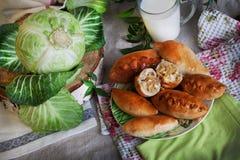 土气静物画用饼、圆白菜和牛奶 库存图片