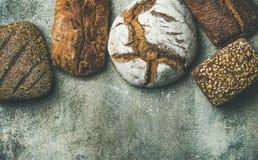 土气面包大面包顶视图在灰色背景的 免版税库存照片