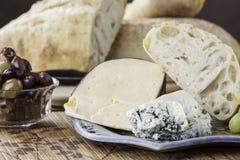 土气面包用被分类的干酪 免版税库存照片