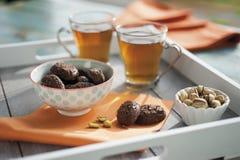 土气饼干用巧克力和坚果在陶瓷杯子 图库摄影