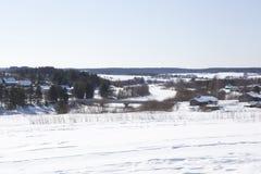 土气,冬天风景 在河的桥梁在Waga Shelota, Verhovazhskogo区,沃洛格达州地区村庄  免版税库存照片