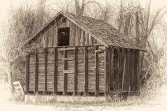 土气,小,被放弃的谷仓在森林 免版税图库摄影